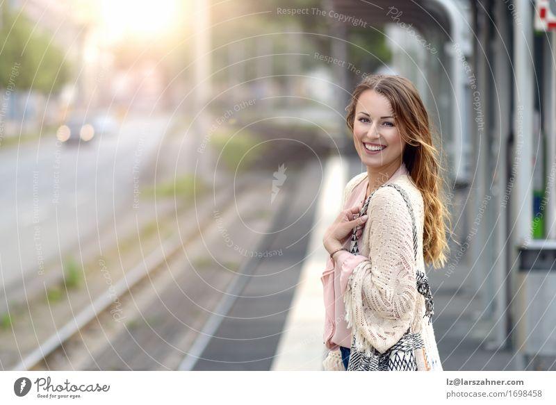Stilvolle junge Frau, die auf eine Plattform wartet Lifestyle Glück schön Gesicht Sommer Technik & Technologie feminin Erwachsene 1 Mensch 18-30 Jahre