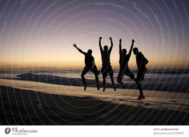 Jump Farbfoto Außenaufnahme Dämmerung Mensch Freundschaft 4 18-30 Jahre Jugendliche Erwachsene Sonnenaufgang Sonnenuntergang Strand Meer Insel springen