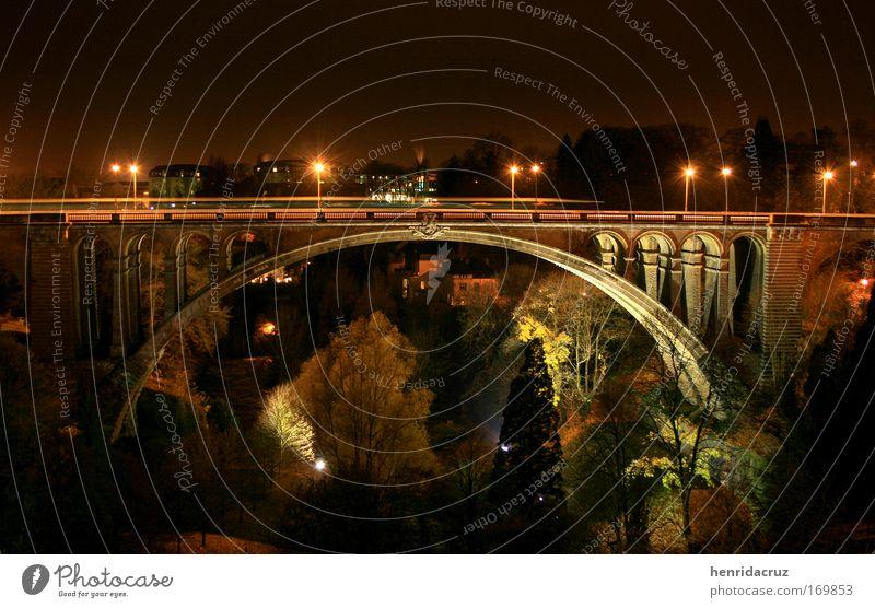 alt Straße Park Straßenverkehr groß Europa Brücke Nacht Denkmal Bus Ampel Sehenswürdigkeit Luxemburg