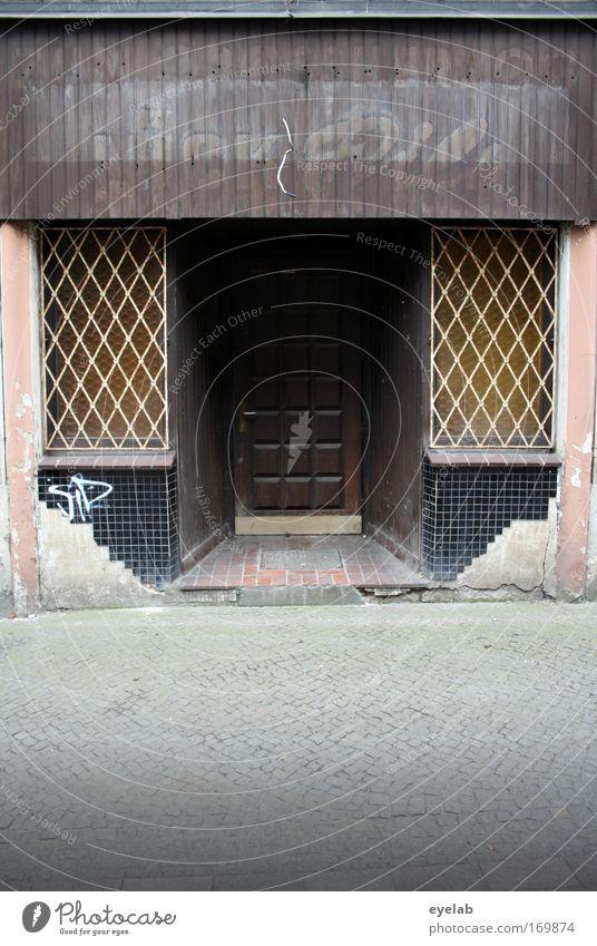 Spelunke alt Stadt Haus Fenster Holz Stein Gebäude Tür dreckig Fassade Schriftzeichen kaputt Vergänglichkeit Bar Gastronomie Restaurant