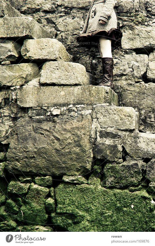 aufstieg Mensch Jugendliche ruhig feminin Stil Stein warten Treppe stehen Pause Junge Frau Ausdauer stagnierend geduldig standhaft innehalten