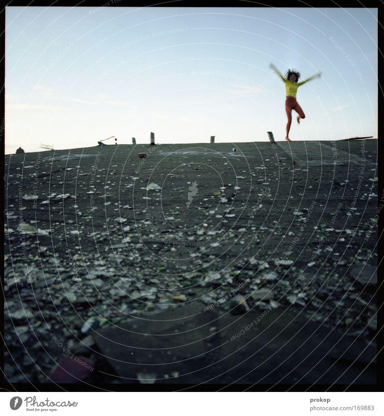 Spaßfaktor Farbfoto Außenaufnahme Textfreiraum oben Tag Bewegungsunschärfe Totale Ganzkörperaufnahme Vorderansicht Blick Blick in die Kamera Mensch feminin Frau