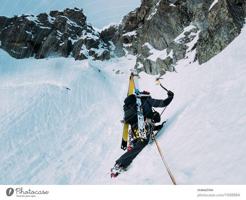 Mensch Natur Ferien & Urlaub & Reisen Mann Landschaft Einsamkeit Winter schwarz Berge u. Gebirge Erwachsene kalt Sport Schnee Felsen Kraft Erfolg
