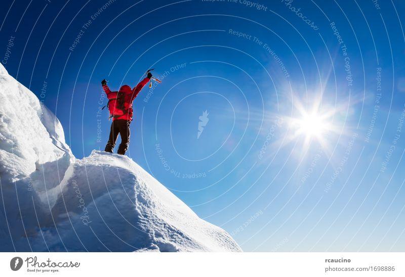 Mountaineer feiert die Eroberung des Gipfels. Mensch Himmel Natur Ferien & Urlaub & Reisen Mann blau Sonne Landschaft rot Freude Winter Berge u. Gebirge