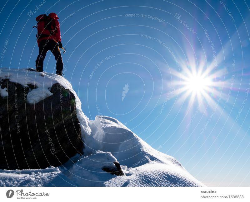 Bergsteiger auf dem Gipfel. Freude Ferien & Urlaub & Reisen Abenteuer Freiheit Expedition Sonne Winter Berge u. Gebirge Sport Klettern Bergsteigen Erfolg Mensch