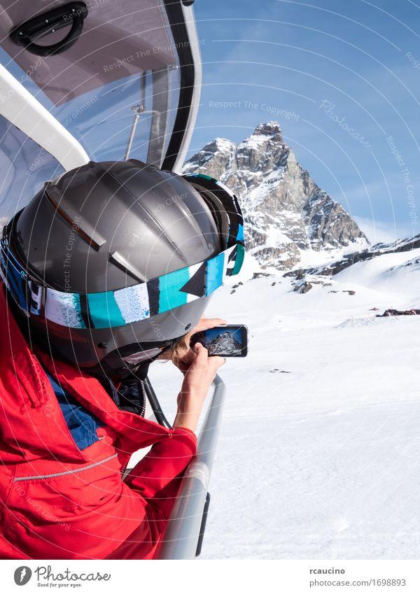 Ein Junge macht ein Foto vom Matterhorn Mensch Kind Himmel Natur Ferien & Urlaub & Reisen blau schön Landschaft rot Winter Berge u. Gebirge Sport Schnee