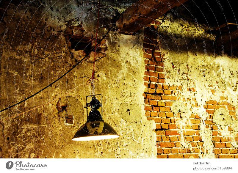 VEB Mönchmühle Mauer Gemäuer Wand Putz alt Baustelle Baulampe Scheinwerfer Licht Beleuchtung Erkenntnis hell Keller Lager unterirdisch baufällig Renovieren