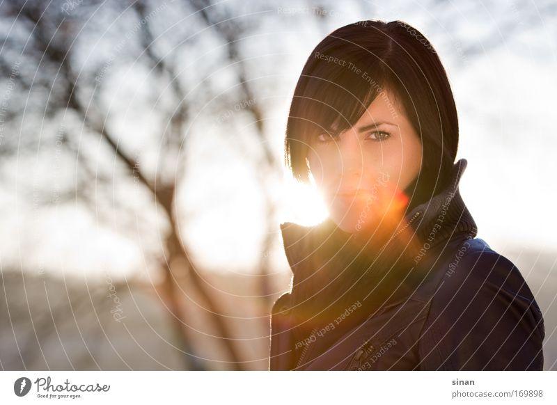 Sommersonne im Winter Frau Mensch Natur Jugendliche Himmel Sonne Winter feminin Stil Porträt Landschaft Gegenlicht Erwachsene Bekleidung Sonnenaufgang