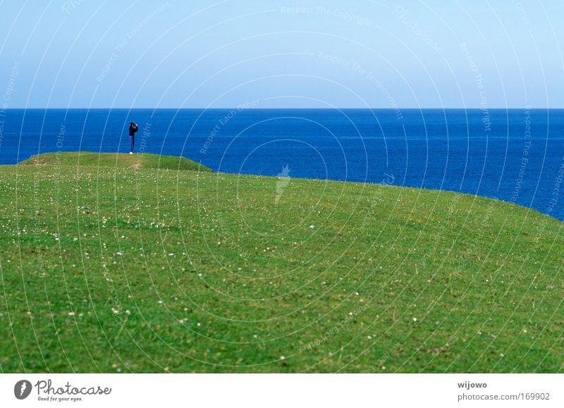 Fernseher Mensch Mann Meer Sommer Ferien & Urlaub & Reisen Ferne Erholung Wiese Gras Freiheit Landschaft Küste warten Erwachsene wandern Horizont