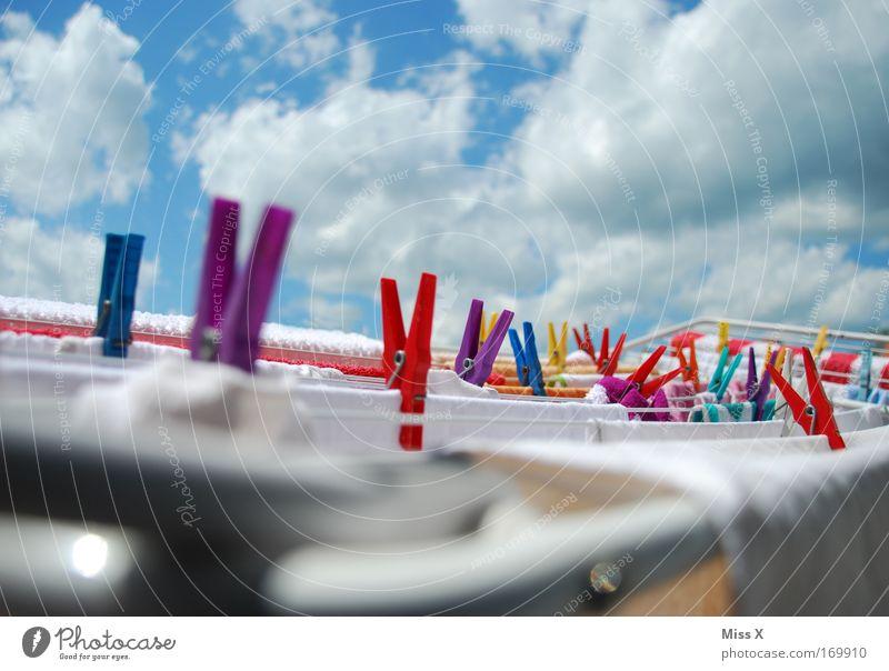 Sommerwäsche Farbfoto mehrfarbig Außenaufnahme Himmel Wolken Sonnenlicht Frühling Schönes Wetter Bekleidung T-Shirt Hemd Rock Hose hängen Reinigen frisch nass