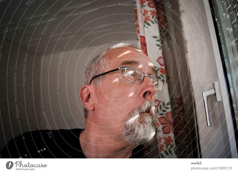 Polizei einschalten maskulin Kopf 1 Mensch 45-60 Jahre Erwachsene Fenster Jalousie Vorhang Griff Raum beobachten Blick Neugier Unglaube verstört Misstrauen Neid