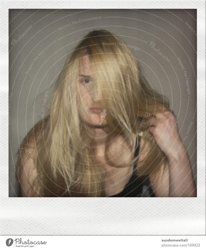 Wirrwarr Farbfoto Gedeckte Farben Innenaufnahme Polaroid Abend Kunstlicht Blitzlichtaufnahme Porträt Oberkörper Vorderansicht Blick Blick in die Kamera