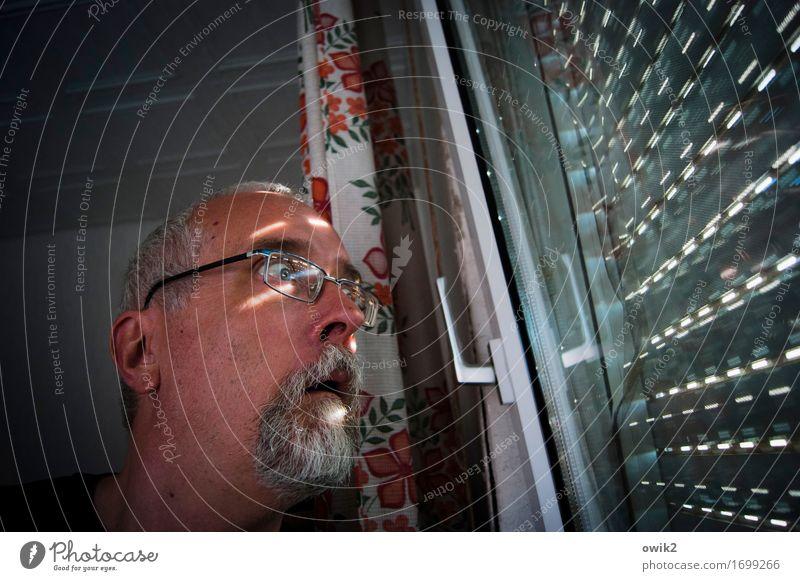 Fernglas holen maskulin Kopf 1 Mensch 45-60 Jahre Erwachsene Fenster Jalousie Raum Zimmerdecke Vorhang Griff beobachten Blick Neugier Angst Unglaube verstört