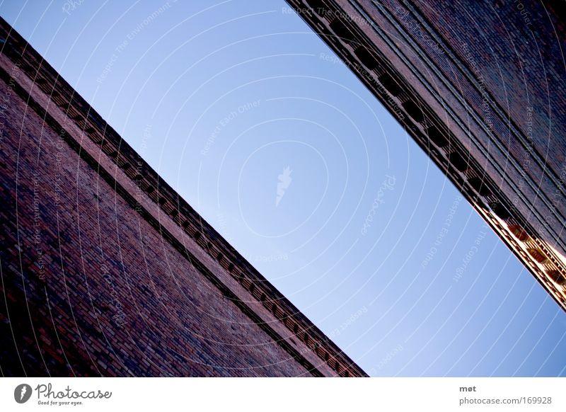 \ \ \ Farbfoto Außenaufnahme Menschenleer Tag Kontrast Sonnenlicht Blick nach oben Himmel Wolkenloser Himmel Schönes Wetter Altstadt Haus Gebäude Architektur