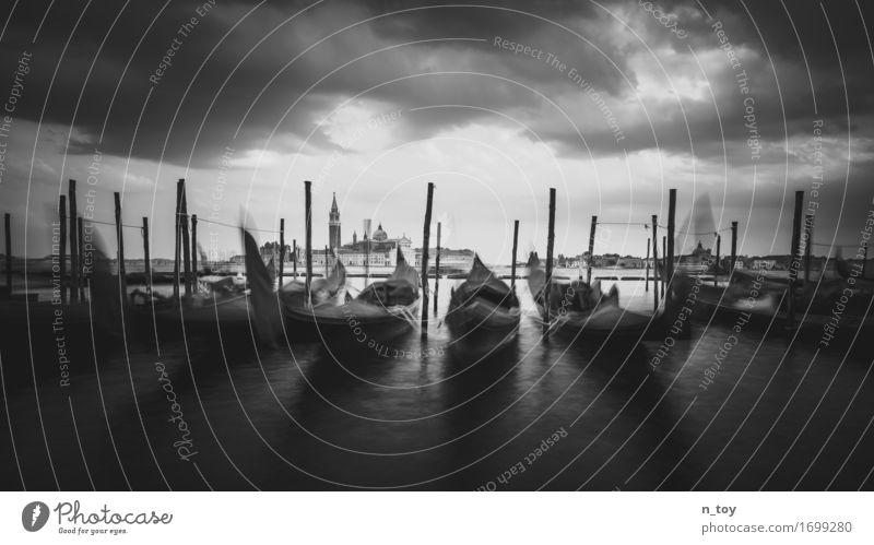 Venice morning Wasser Wolken Gewitterwolken Meer Venedig Italien Europa Stadt Altstadt Hafen Schifffahrt Bootsfahrt warten alt Gefühle geduldig ruhig Tourismus