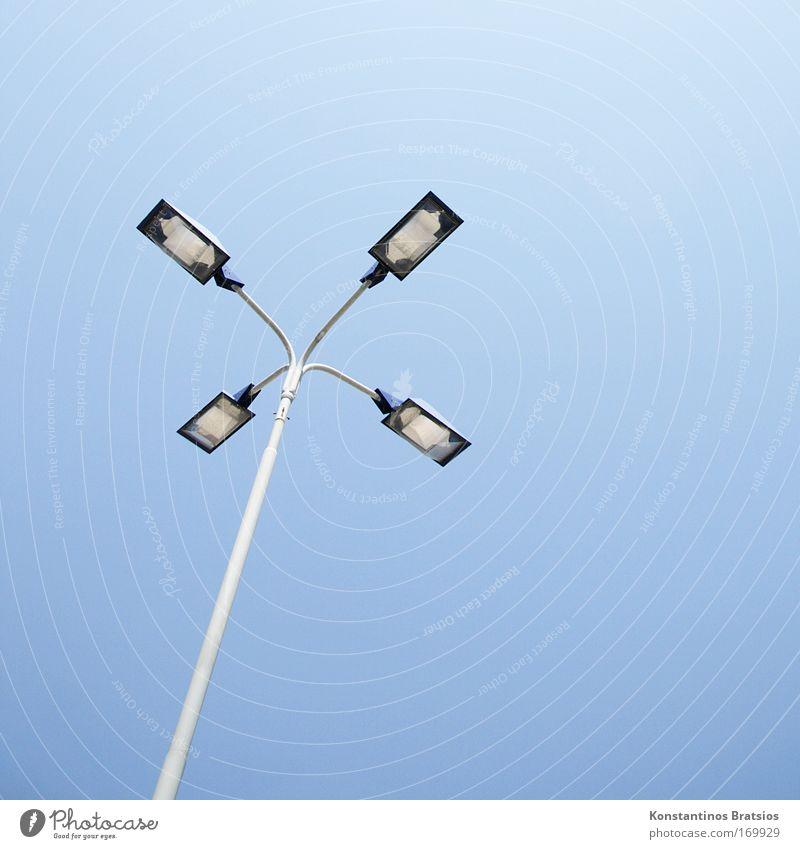 track lights blau grau Lampe Design Perspektive einfach Laterne Straßenbeleuchtung aufwärts Wolkenloser Himmel vertikal gekrümmt Objektfotografie 4