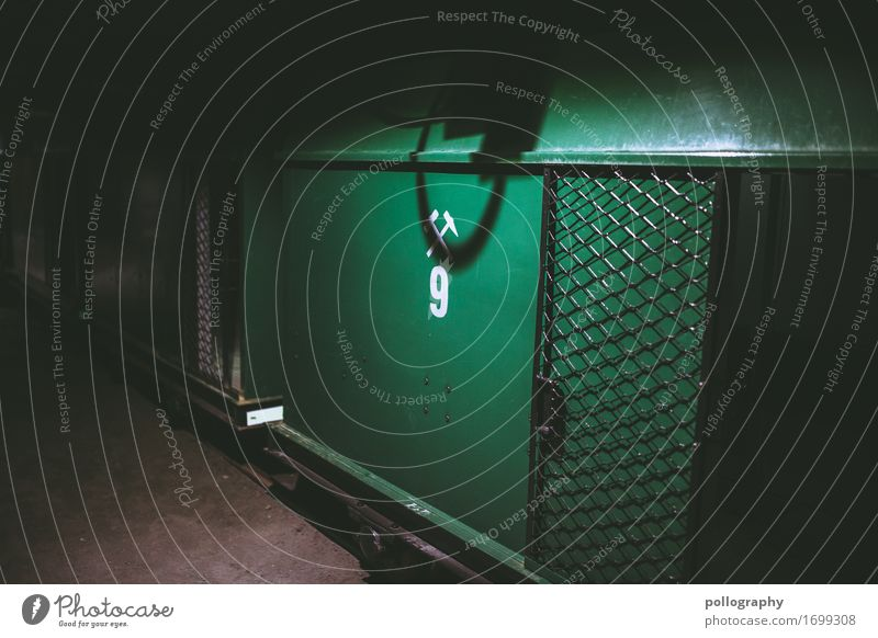 dark Container Tor Beton Metall fest grün Farbfoto Innenaufnahme Menschenleer Licht