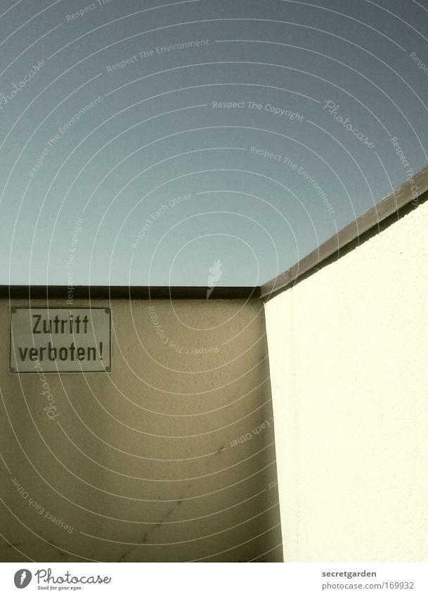 .... mir doch egal. Sommer kalt Wand Architektur Mauer Gebäude Angst Wohnung Fassade Brücke Schriftzeichen Sicherheit Ecke bedrohlich Dach