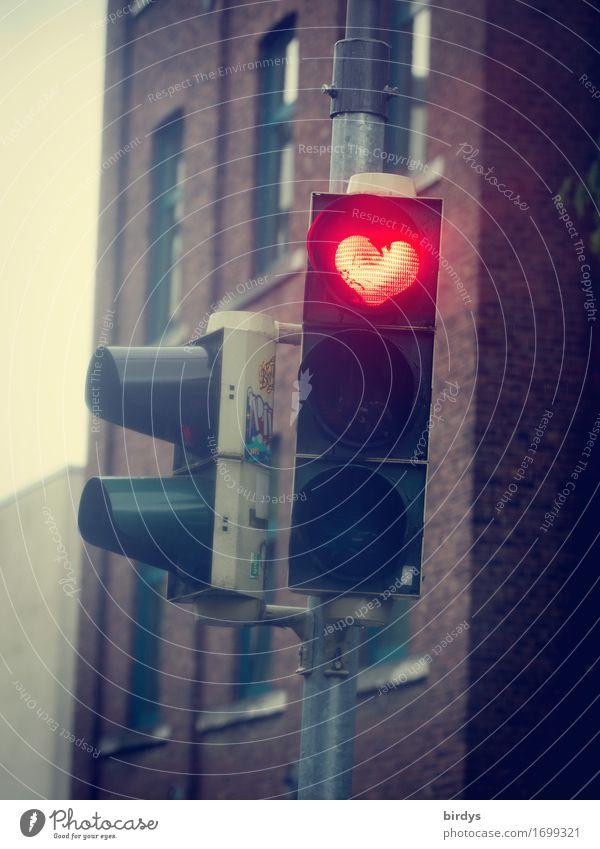 Ampelherz - positiv Vibrations Valentinstag Muttertag Stadt Haus Fassade Zeichen Herz leuchten außergewöhnlich Freundlichkeit lustig verrückt rot