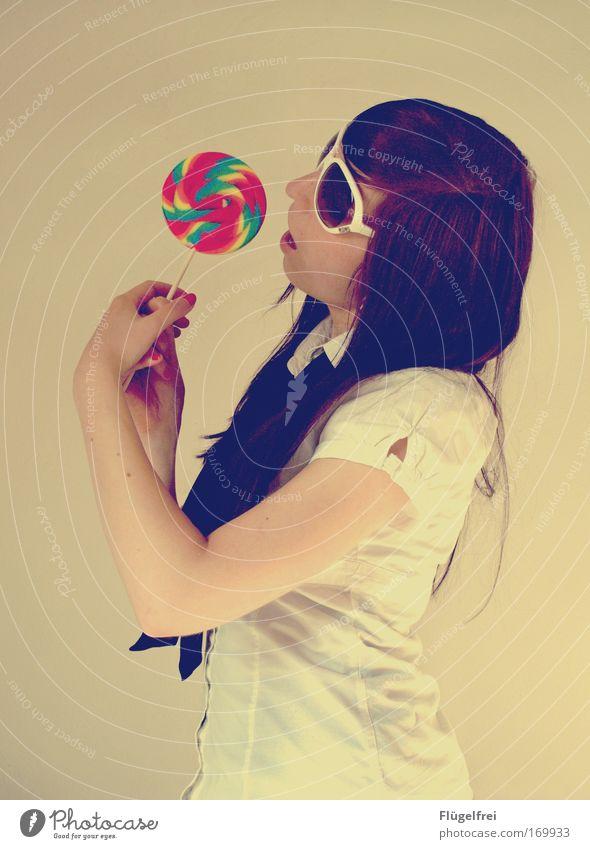 Achtung: macht süchtig! Mensch Jugendliche Junge Frau Freude 18-30 Jahre Erwachsene feminin genießen groß festhalten Vorfreude Sonnenbrille altehrwürdig
