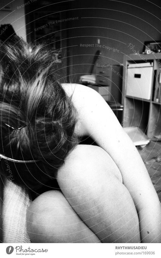 wo geht's schon hin? Mensch ruhig Erwachsene feminin Gefühle Traurigkeit Stimmung trist 18-30 Jahre Junge Frau Frustration hocken Erschöpfung Schwarzweißfoto