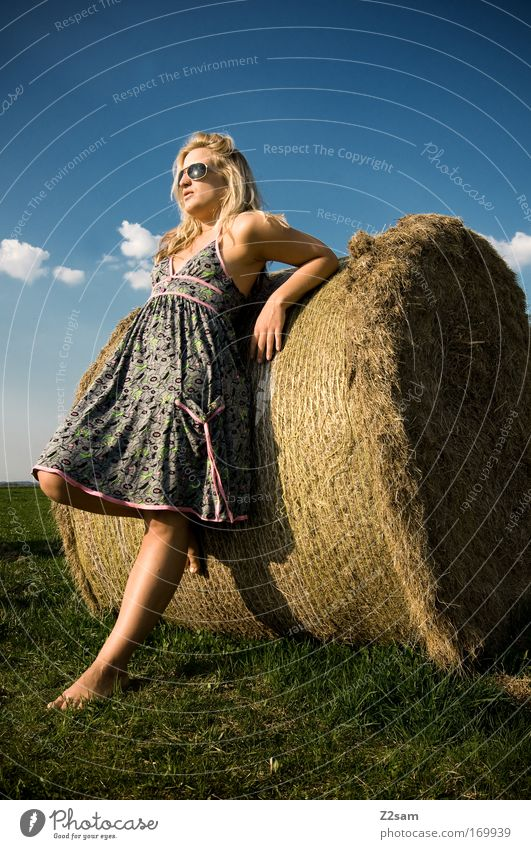 lena in heaven Mensch Natur Jugendliche schön Himmel Sommer Wolken feminin Gras Glück Denken Landschaft Zufriedenheit Mode blond Erwachsene