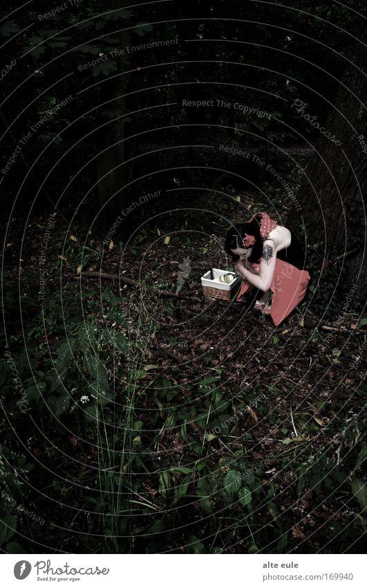 armes kleines... Mensch Natur Einsamkeit Wald feminin Gefühle Stimmung Angst sitzen gefährlich Sehnsucht gruselig Schmerz Todesangst weinen Erschöpfung