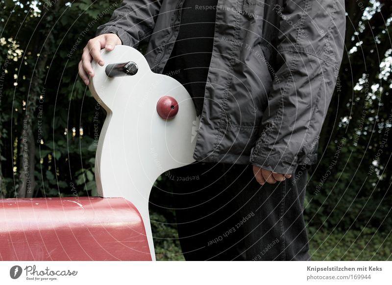 Hallo Ministranten! Mensch Mann Erwachsene Bewegung Holz Sex verrückt gefährlich stehen Spielzeug Küssen Jacke blasen hart Spielplatz Begierde