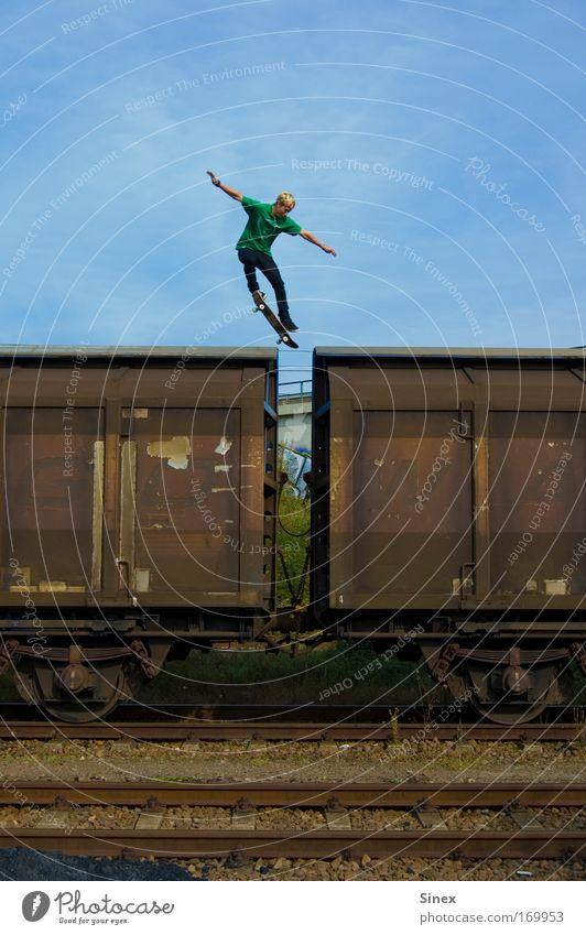 Sprung über 2 Wagons Sport springen elegant Lifestyle Skateboarding entdecken Aggression Verkehrsmittel Nervenkitzel