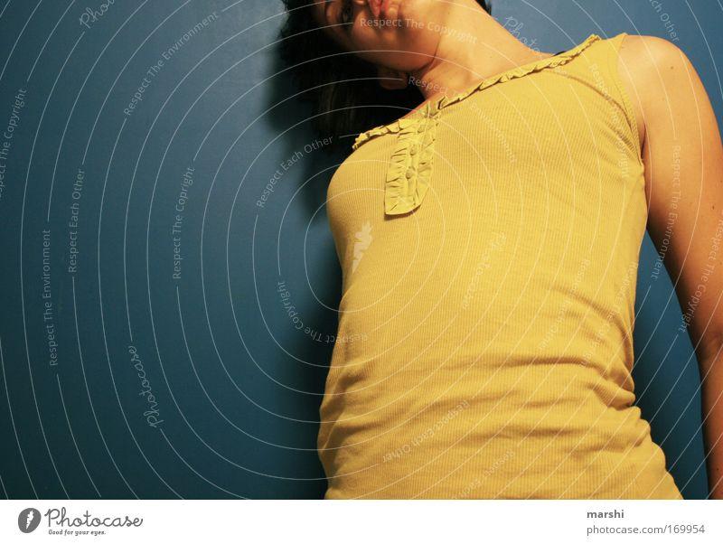 von oben herab... Frau Mensch Jugendliche blau Erwachsene Erholung gelb feminin Gefühle Haare & Frisuren Stil Stimmung Lifestyle Coolness retro T-Shirt