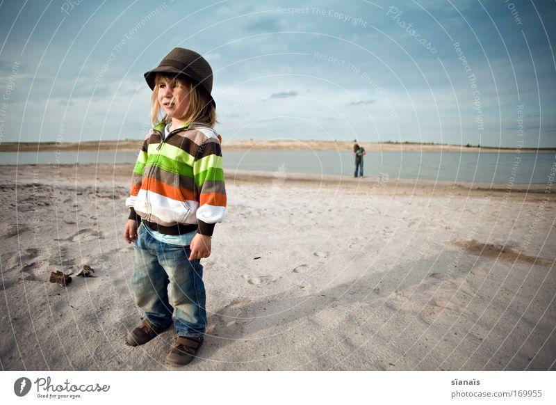 streifenhörnchen Mensch Kind Sommer Strand Junge See Sand warten blond maskulin Horizont Ausflug Coolness Ferien & Urlaub & Reisen Kindheit Hut