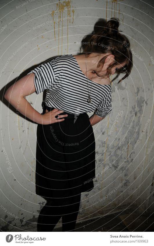 bis zum bitteren ende Farbfoto Innenaufnahme Textfreiraum unten Abend Blitzlichtaufnahme Schatten Kontrast Blick nach unten feminin Junge Frau Jugendliche 1