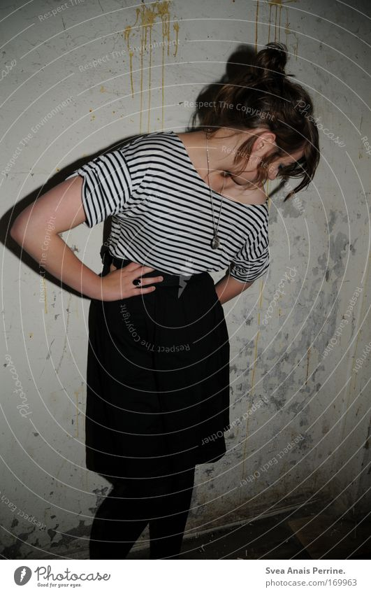 bis zum bitteren ende Mensch Jugendliche Freude feminin Wand Mauer Mode festhalten Rock trashig Hemd frech Accessoire Rockabilly rebellisch Alkoholsucht