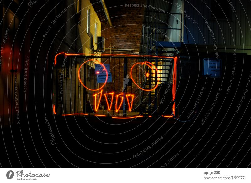 Hinterhof Monster Farbfoto Außenaufnahme Experiment Textfreiraum unten Nacht Kunstlicht Lichterscheinung Zentralperspektive Technik & Technologie High-Tech