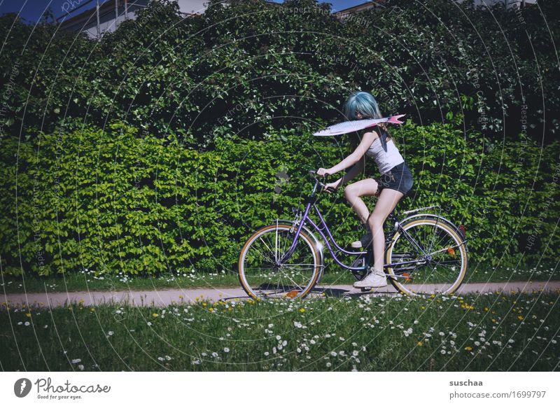 fisch & fahrrad II Außenaufnahme Sommer Frühling grün Fahrrad Fahrradfahren Kind Jugendliche Junge Frau Mädchen Perücke Fisch skurril seltsam Aktion Idee