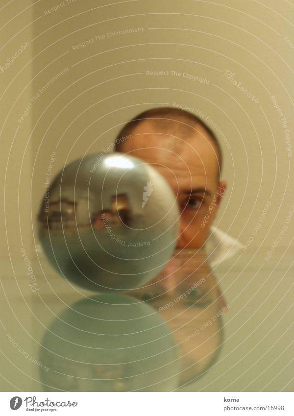 Eine runde sache Tisch Spiegel Mensch Kugel Tischkante Tischplatte