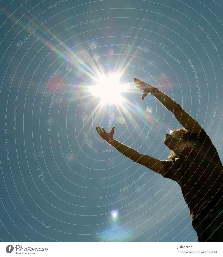 CATCH the sun Farbfoto Außenaufnahme Tag Licht Kontrast Silhouette Sonnenlicht Blick nach oben maskulin Mann Erwachsene Leben 1 Mensch Himmel Wolkenloser Himmel