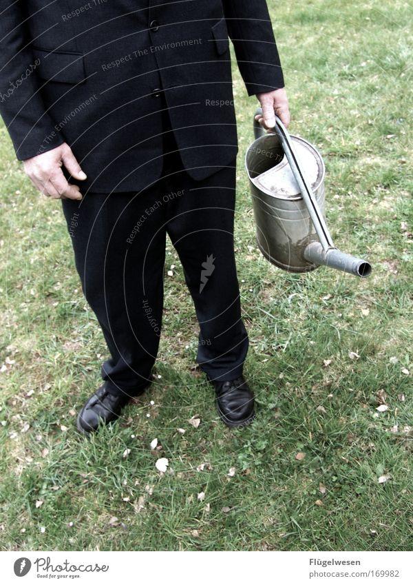 """Herbert gießt den Rasen wieder """"schwarz""""... Natur Umwelt Wiese Fuß Park Arbeit & Erwerbstätigkeit Schuhe nass Erfolg Wachstum Hoffnung Sauberkeit Anzug Kontrolle Friedhof Durst"""