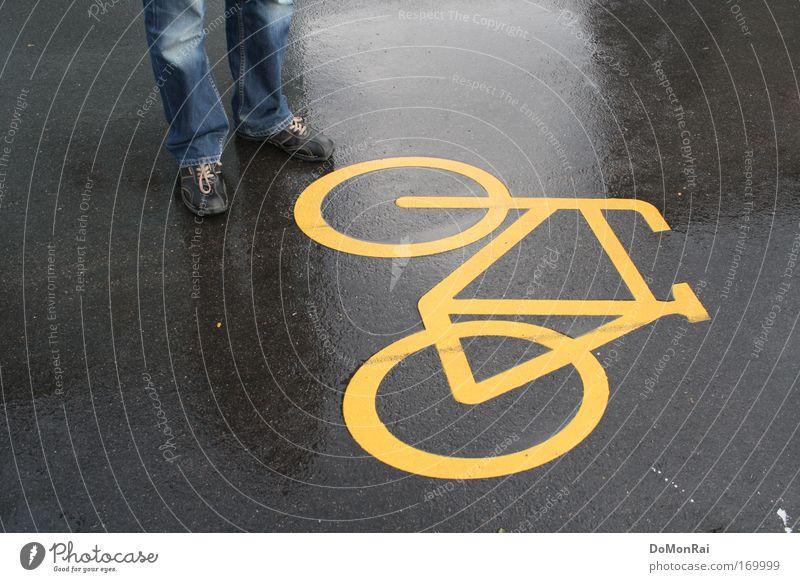 Nr. 0000011011 blau gelb Straße grau Regen Fahrrad Schuhe glänzend nass Europa Jeanshose stehen Asphalt Schweiz Zeichen Hose