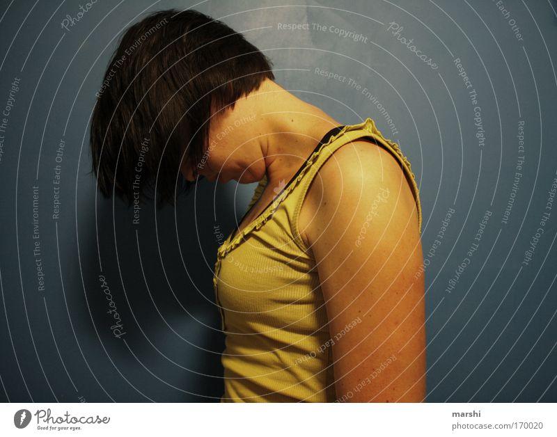 den Kopf hängen lassen... Farbfoto Oberkörper Freizeit & Hobby Mensch feminin Frau Erwachsene Haare & Frisuren 1 brünett fallen blau gelb Gefühle Stimmung