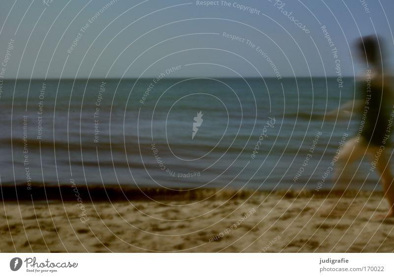 Strandbewegung Mensch Frau Himmel Natur Ferien & Urlaub & Reisen Sommer Meer Strand Erwachsene Erholung Umwelt Landschaft feminin Bewegung Küste gehen