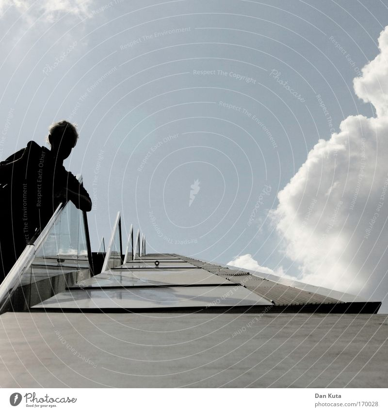 Wot time. is it? Mensch Himmel Mann Stadt Wand Architektur Mauer Gebäude Erwachsene Zufriedenheit Beton Fassade Treppe maskulin Bankgebäude Bauwerk