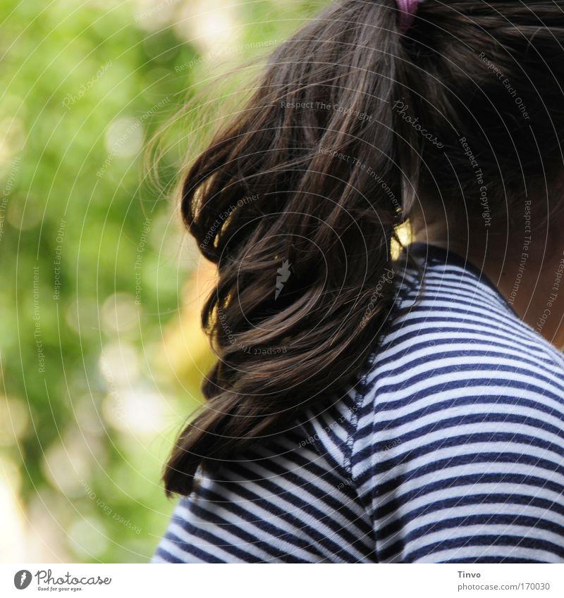 Mädchen im Park Farbfoto mehrfarbig Außenaufnahme Nahaufnahme Detailaufnahme Textfreiraum links Tag Haare & Frisuren brünett langhaarig Zopf Optimismus schön
