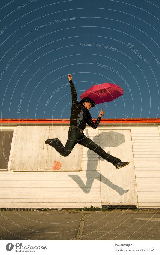 Auf Gehts! Ab Gehts! Mensch Mann Jugendliche Sommer Erwachsene springen maskulin 18-30 Jahre Junger Mann Regenschirm Fitness Sonnenschirm Schirm