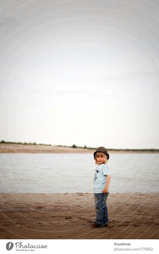 kleiner mann am kleinen meer Farbfoto Gedeckte Farben Außenaufnahme Textfreiraum oben Tag Weitwinkel Ganzkörperaufnahme Blick in die Kamera Mensch maskulin Kind