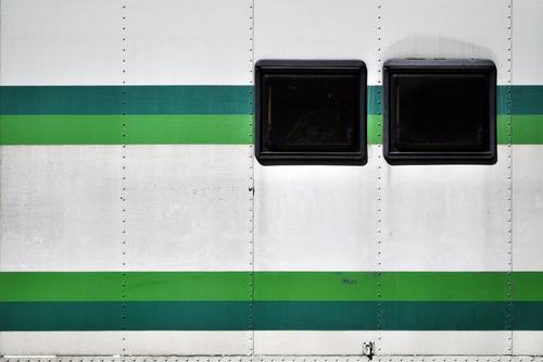 Tag Team Farbfoto Textfreiraum links Totale Stil Design Fassade Fenster Verkehrsmittel Personenverkehr Wohnmobil Metall Linie Streifen Ferien & Urlaub & Reisen