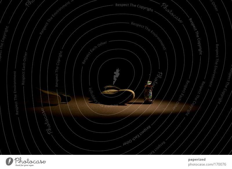 Die Arbeit der Nacht IV Mensch Mann Erholung dunkel kalt Erwachsene gelb Beine braun Stimmung Fuß maskulin liegen Glas Schuhe Getränk