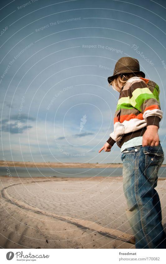 Pfadfinder Farbfoto mehrfarbig Außenaufnahme Textfreiraum links Tag Weitwinkel Ganzkörperaufnahme Blick nach vorn Wegsehen Stil Mensch Kind Kleinkind Kindheit 1