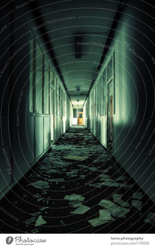 FLUCHT Einsamkeit Haus Architektur Gebäude Tür Angst Bankgebäude Bauwerk verfallen Todesangst Zerstörung Flur Symmetrie Flucht Aktenordner Schreibwaren
