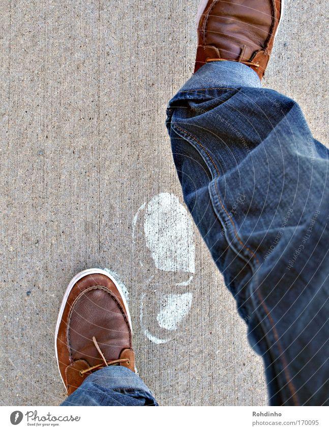 footsteps Mensch Jugendliche blau weiß Straße grau Farbstoff Stein Beine Fuß braun Schuhe gehen laufen wandern Beton